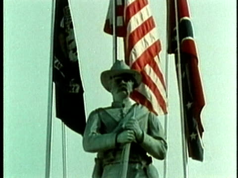 1969 montage confederate soldier monument in front of flags/ baton rouge, louisiana, usa/ audio - minnesmärke bildbanksvideor och videomaterial från bakom kulisserna