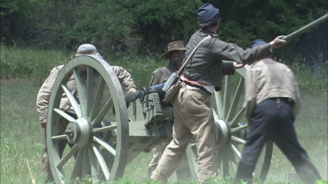 stockvideo's en b-roll-footage met confederate soldiers fire a cannon in a civil war reenactment. - kanon