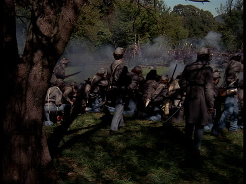 vídeos de stock e filmes b-roll de confederate soldiers firing upon an advancing union army regiment. - exército da união