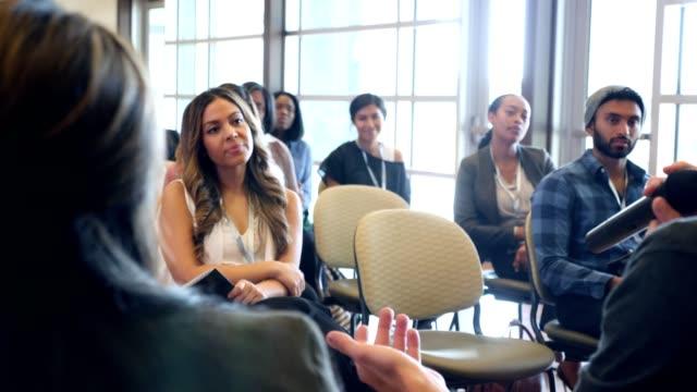 vidéos et rushes de discussion de groupe de conférence - débat