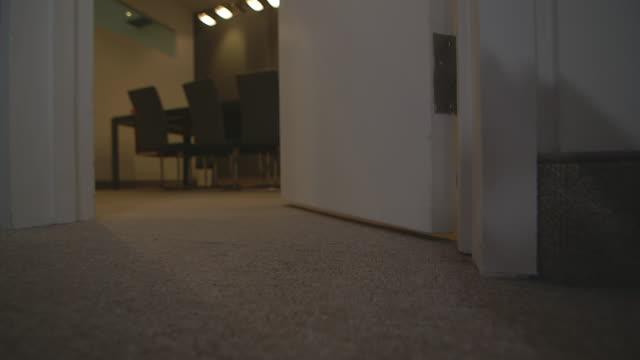 vídeos y material grabado en eventos de stock de conference room door opens and closes - cerrar la puerta