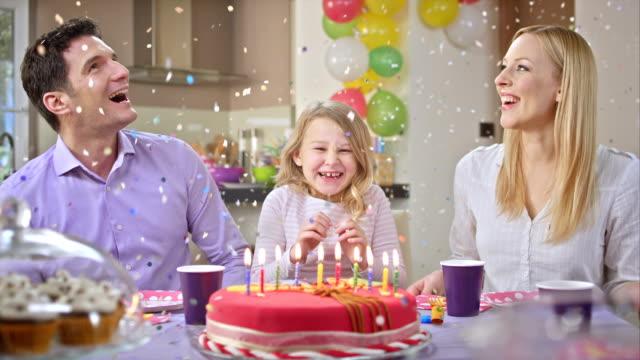 vídeos de stock, filmes e b-roll de slo mo confetes caindo sobre a aniversariante - balão decoração