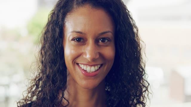 自信と素晴らしい笑顔は、長い道のりを行く - 美しい女性点の映像素材/bロール