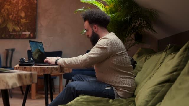 vídeos de stock e filmes b-roll de confidence and lifestyle - masculinidade moderna