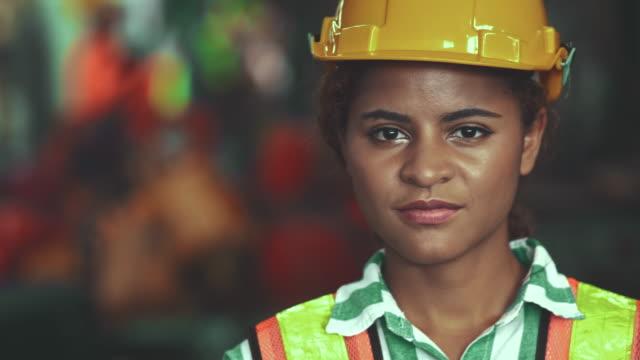vídeos y material grabado en eventos de stock de ingeniero femenino de confianza - fémina