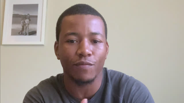 vídeos de stock, filmes e b-roll de confident african american man talks during video conference call - homens jovens