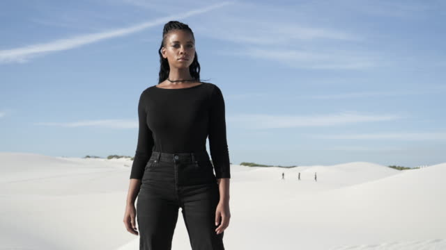 confident african american woman stands in desert, close up - 立つ点の映像素材/bロール