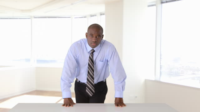vídeos de stock e filmes b-roll de confident african-american businessman standing with arms crossed - inclinar se pose