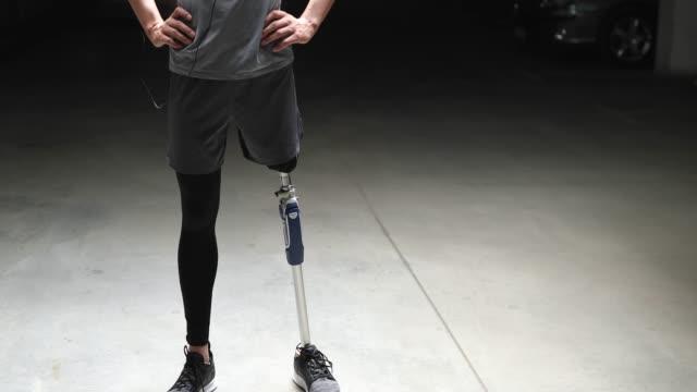zuversichtlich amputee athleten mann - prothese stock-videos und b-roll-filmmaterial
