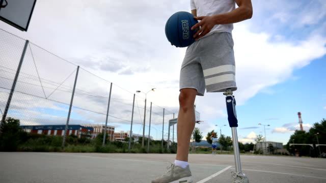 Vertrouwen geamputeerde atleet op een basketbalveld