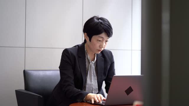 vídeos y material grabado en eventos de stock de mujer de negocios asiática confiada escribiendo - desk