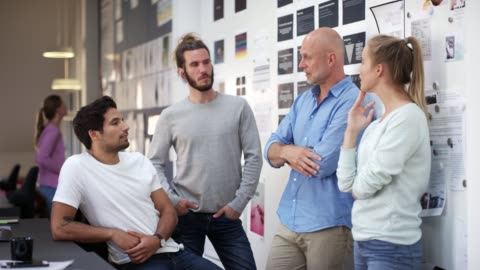 vidéos et rushes de gens d'affaires confiants discutant au bureau - âge humain