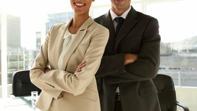 vidéos et rushes de confident business team standing in office - costume complet