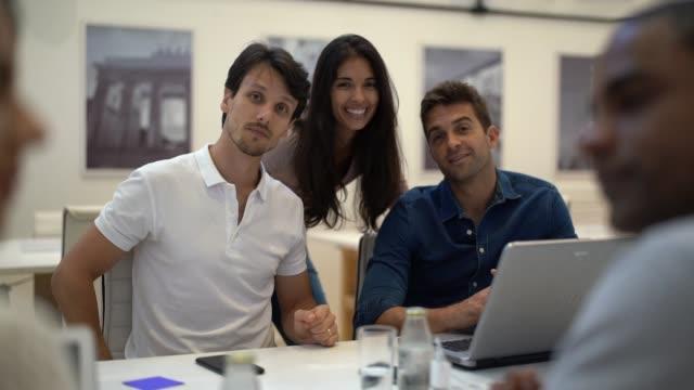 vídeos de stock, filmes e b-roll de equipe de negócios confiante - roupa descontraída