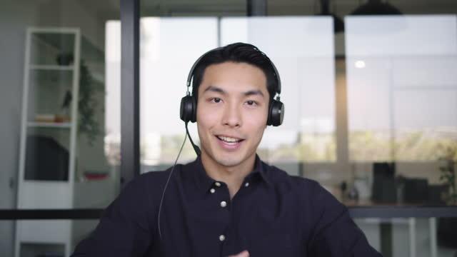 自信に満ちたビジネスマンビジネスコーチは、オフィスストックのカメラを見て話します - インタビュー素材点の映像素材/bロール