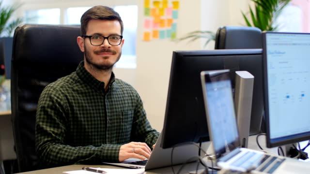 vídeos y material grabado en eventos de stock de seguros de hombre de negocios usando la computadora portátil en la oficina - negocios finanzas e industria