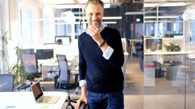 stockvideo's en b-roll-footage met vertrouwen zakenman dragen brillen in office - formeel portret