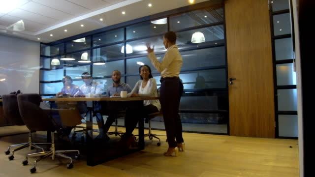 理事会をリードする自信の実業家 - 談笑する点の映像素材/bロール