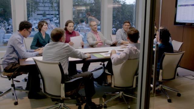 vídeos y material grabado en eventos de stock de confident businesswoman mediates positive discussion in corporate boardroom meeting (dolly shot) - presidente de organización