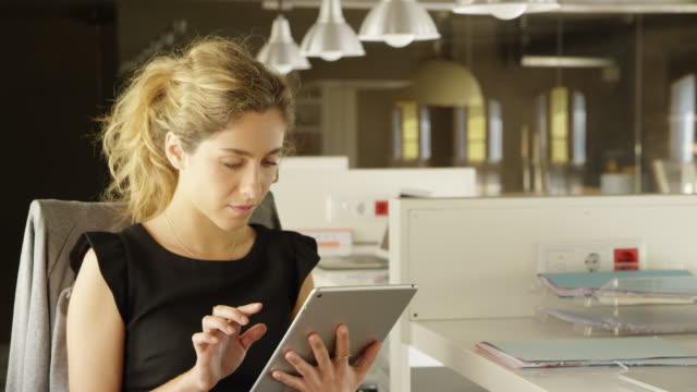 vídeos y material grabado en eventos de stock de confianza empresaria con tablet pc en el escritorio - pantalla táctil