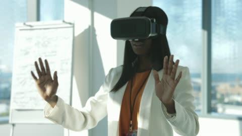 vídeos y material grabado en eventos de stock de confident businesswoman watching virtual reality - simulador de realidad virtual