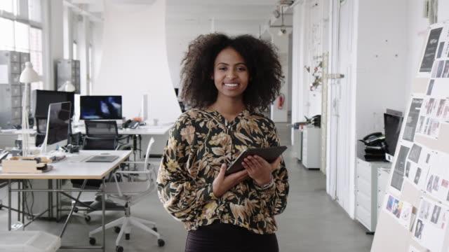 selbstbewusste geschäftsfrau mit digitalem tablet im büro - geschäftsinhaber stock-videos und b-roll-filmmaterial