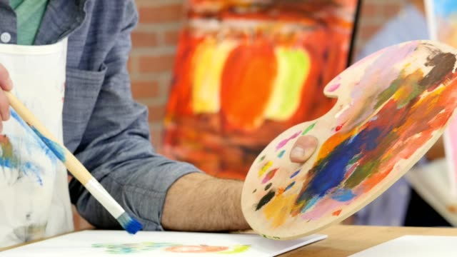 fiducioso artista maschile caucasico dipinge in studio d'arte - terapia alternativa video stock e b–roll