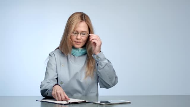 stockvideo's en b-roll-footage met confident doctor - operatiemasker