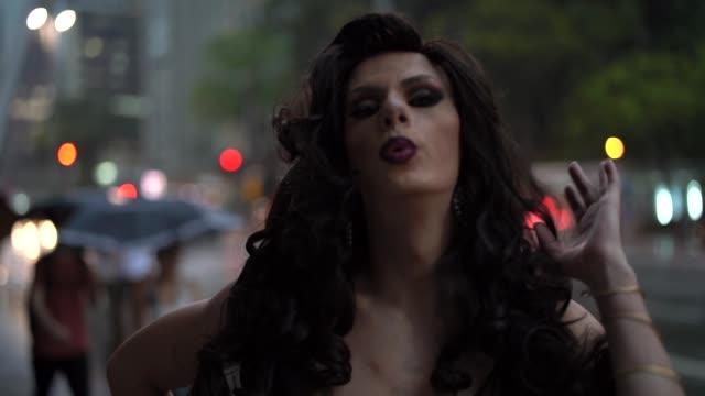 zuversichtlich drag-queen - glamour stock-videos und b-roll-filmmaterial