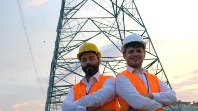自信を持って電気を扱うエンジニア - 土木技師点の映像素材/bロール