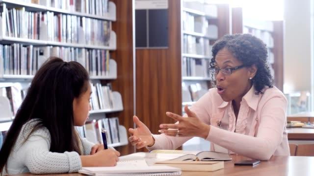 自信を持って小学校教師のセッションの補習授業中に概念を学ぶ学生に役立ちます - ロールモデル点の映像素材/bロール