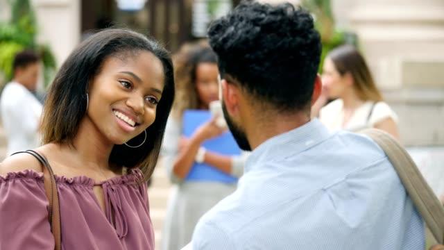 Zuversichtlich weibliche Afrikanische amerikanische College-Student im Gespräch mit Klassenkameraden