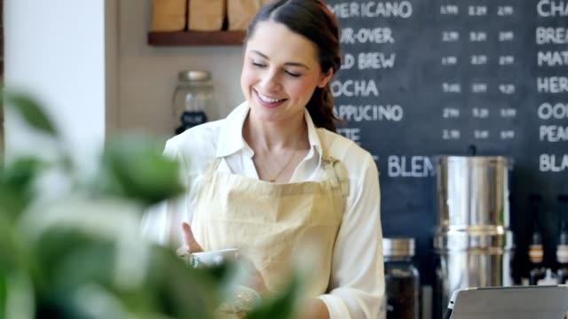 vídeos de stock, filmes e b-roll de confiante barista feminino trabalha em uma loja de café - profissão na área de serviços