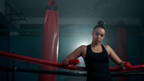 självsäker kvinnlig boxer ' s look - attityd bildbanksvideor och videomaterial från bakom kulisserna