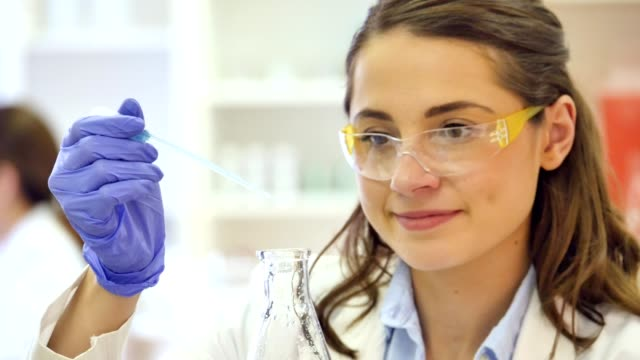 研究室での作業で、女性に自信を持っての白人科学者 - 遺伝子研究点の映像素材/bロール