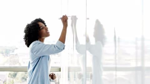 vídeos y material grabado en eventos de stock de confident es que la profesional creativa creativa confía en las ideas en la pizarra - cabello negro