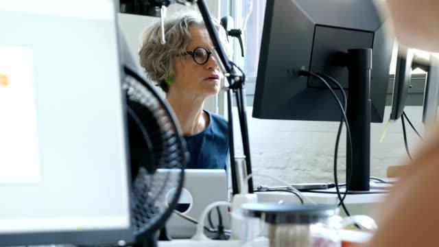 zuversichtlich weibliche entwickler programmierung auf computer - entwicklung stock-videos und b-roll-filmmaterial