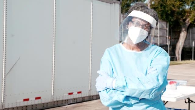 vídeos y material grabado en eventos de stock de trabajadora de atención médica de primera línea confiada en covid-19 drive a través del sitio de pruebas - trabajador de primera línea