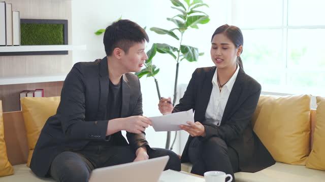 stockvideo's en b-roll-footage met confident focused businesswoman speaking to people at business negotiations - assertiviteit