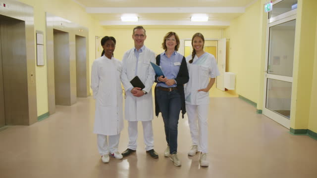 vidéos et rushes de travailleurs de la santé confiants debout à l'hôpital - cadrage en pied