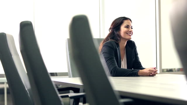 vidéos et rushes de femme d'affaires de la hispanic confiant, en parlant de salle du conseil - expliquer