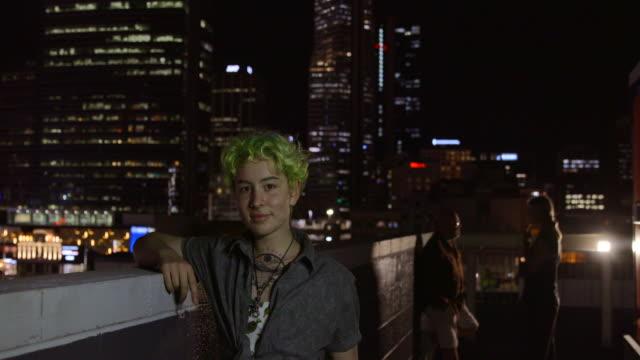 vídeos de stock, filmes e b-roll de um indivíduo confiante - cabelo verde