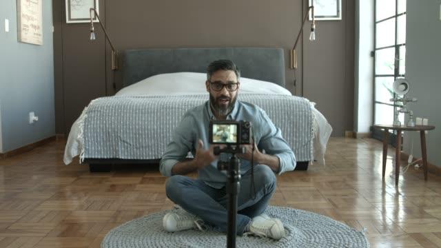 vidéos et rushes de confident influencer talking while making video at home - expliquer