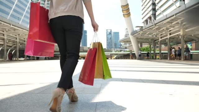 selbstbewusste lady in heels mit einkaufstaschen - film filmtechnik stock-videos und b-roll-filmmaterial