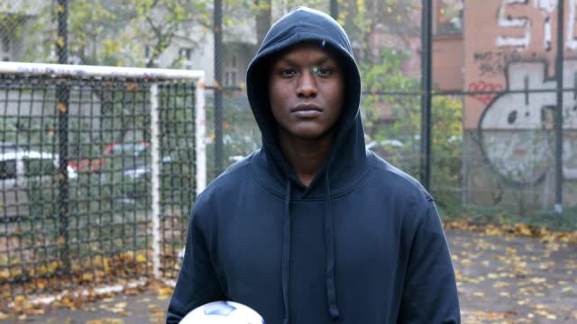 自信を持って男性サッカー ボールで遊んで - ゴールポスト点の映像素材/bロール