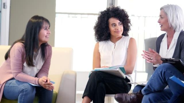 stockvideo's en b-roll-footage met vertrouwen rijpe vrouwelijke geestelijke gezondheid professionele leads support groep - groepstherapie