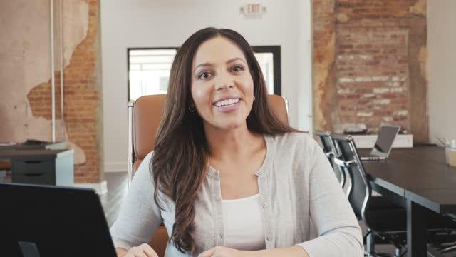 vídeos de stock e filmes b-roll de confident mid adult female vlogger - explicar