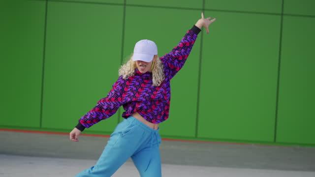 都市環境でフリースタイルダンスを行う自信に満ちた現代の若い女性 - 女性ダンサー点の映像素材/bロール