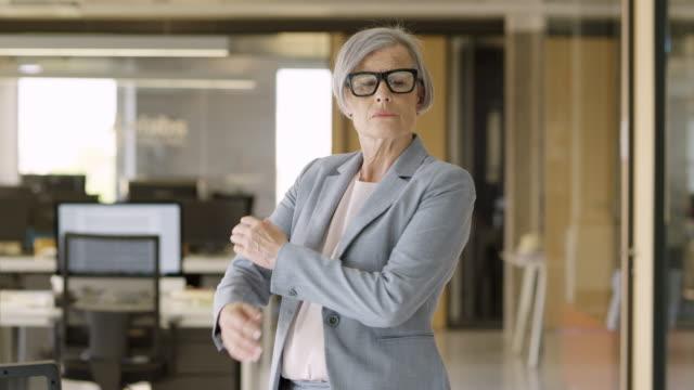 stockvideo's en b-roll-footage met vertrouwen senior zakenvrouw met gekruiste armen - armen over elkaar