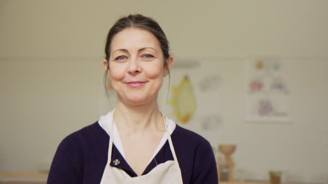 självsäker senior kvinna på kulinariska verkstad. - kök bildbanksvideor och videomaterial från bakom kulisserna